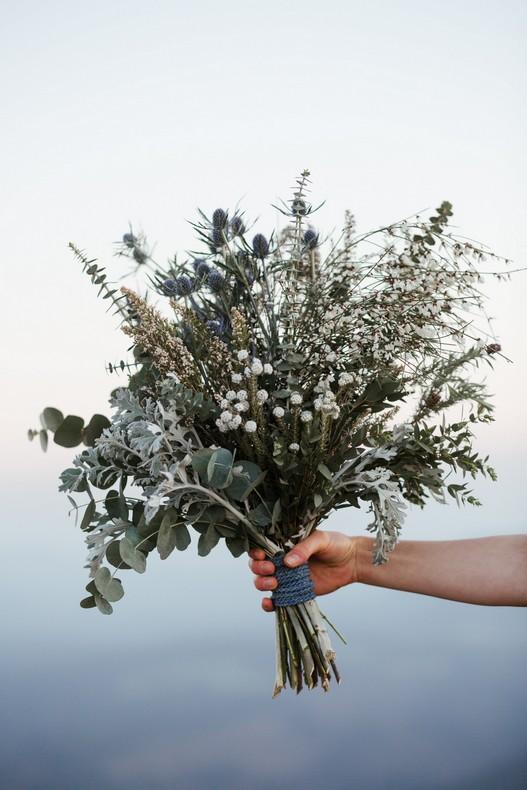 bouquet-mariee-chardon-elopement-mariage-alsace-montagne-col-du-donon-strasbourg-bleu-gris