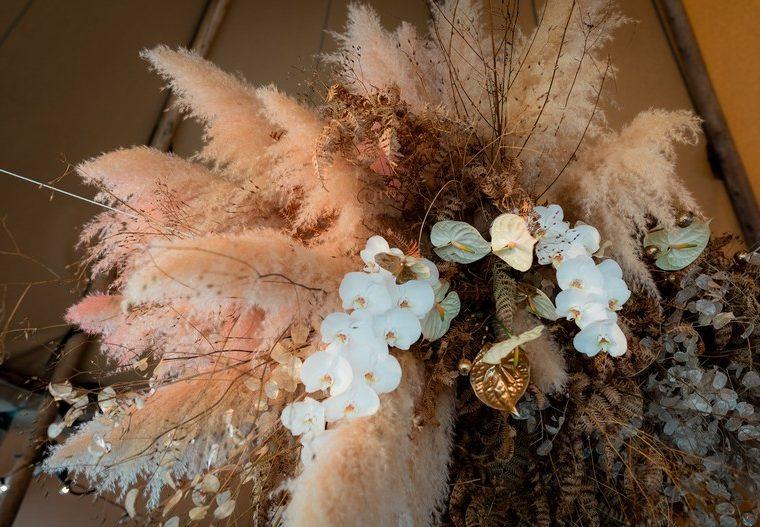 suspension florale mariage orchidee alsace anthurium herbe de pampa fleuriste