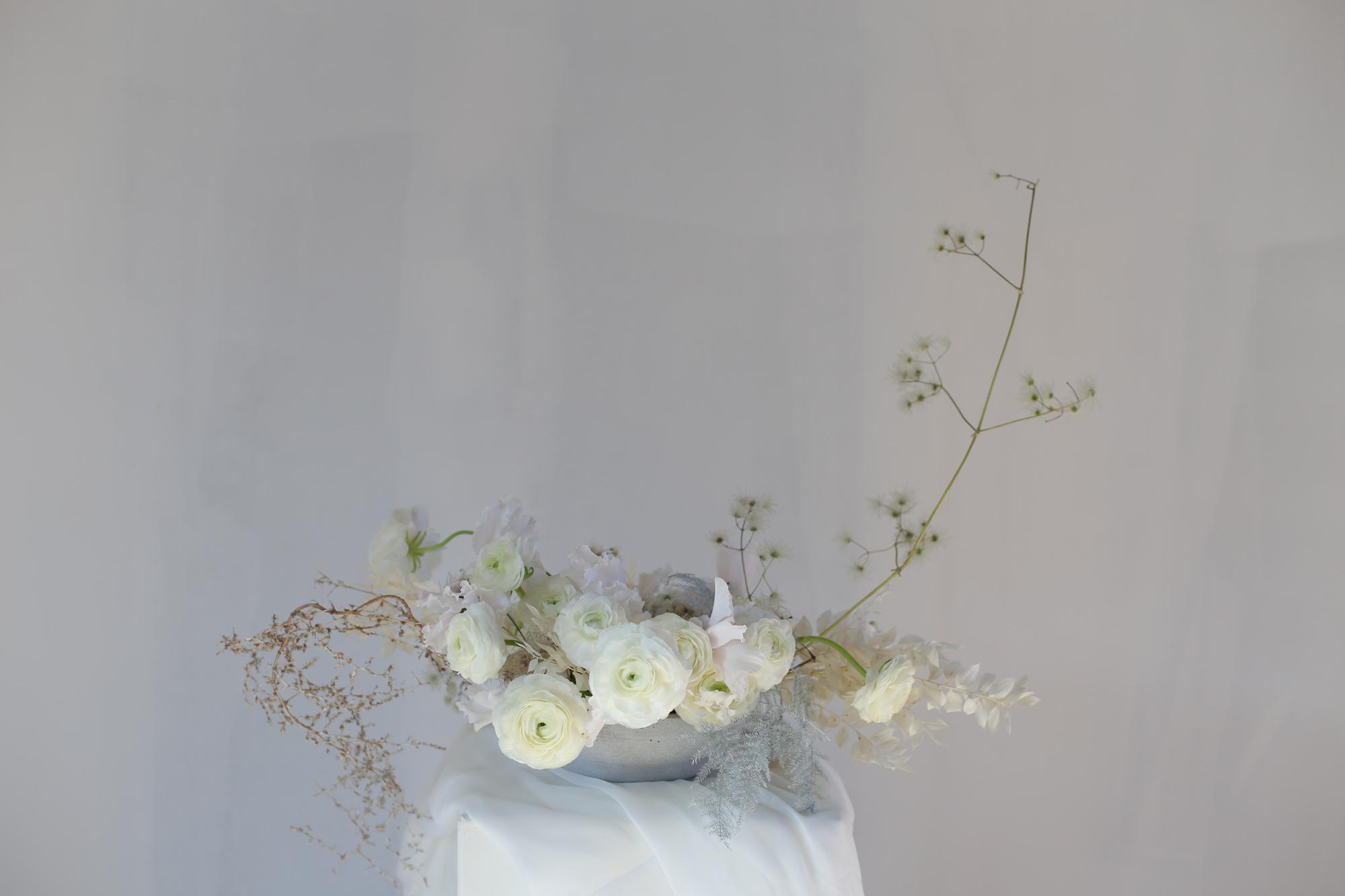 Composition de fleurs pour mariage renoncules blanches
