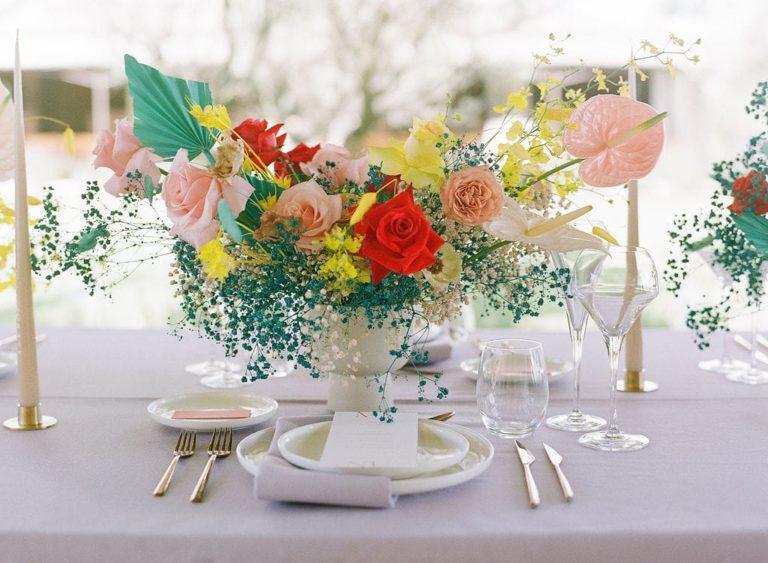 Un mariage coloré et moderne au Domaine de Bres en Provence - Capucine Atelier Floral - Fleuriste mariage Provence